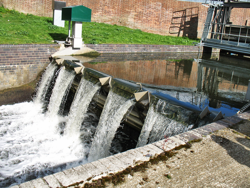A new sluice near Castle Mills lock was installed in late 2014 to control water levels in the Foss